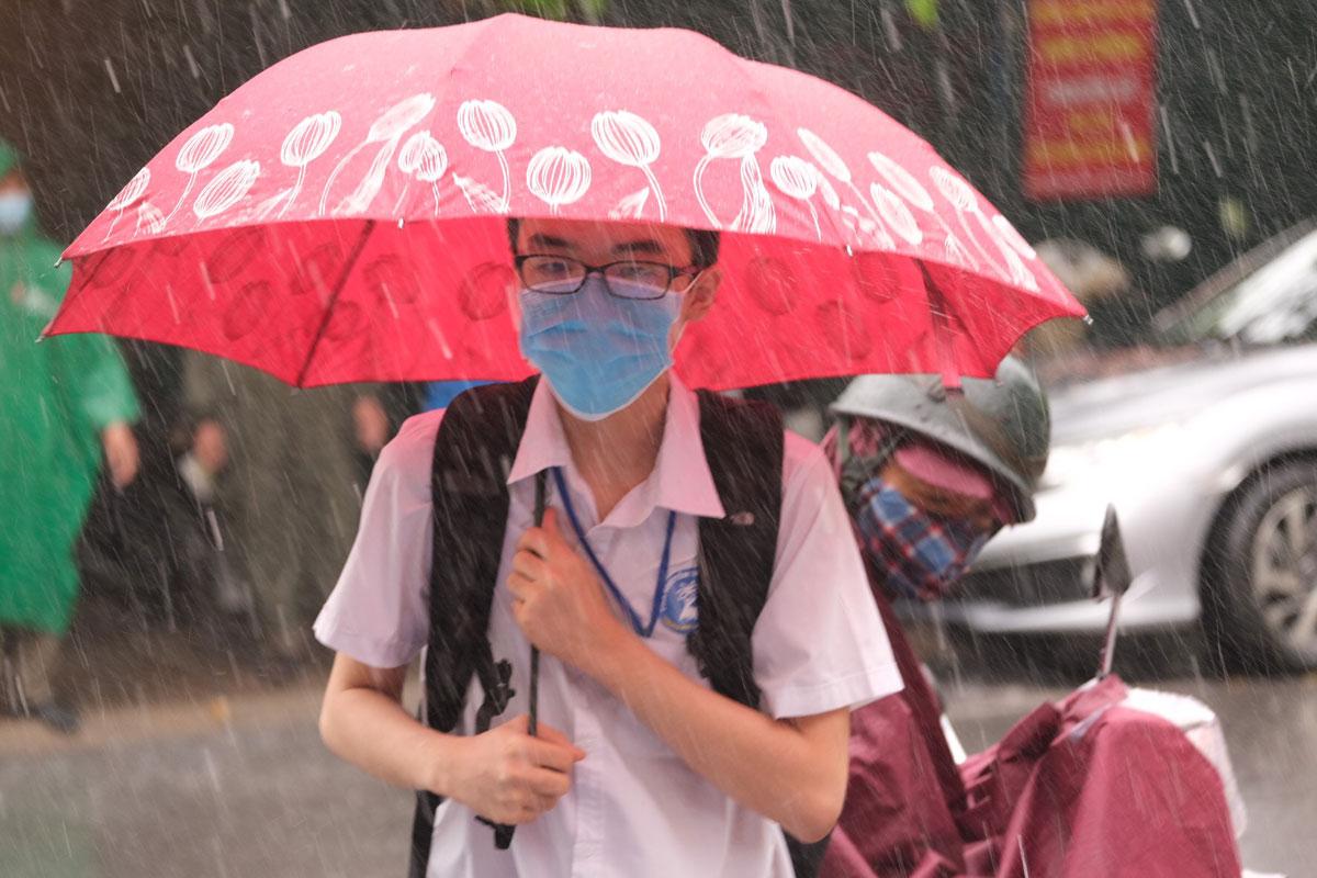 Thí sinh đến điểm trường THCS Nam Trung Yên sáng 13/6. Ảnh: Dương Tâm.
