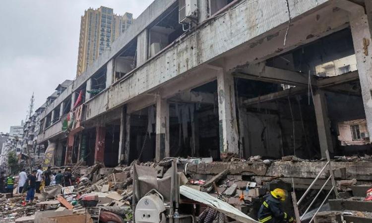 Nhiều ngôi nhà bị hư hỏng nặng sau vụ nổ ở thành phố Thập Yển. Ảnh: Xinhua.
