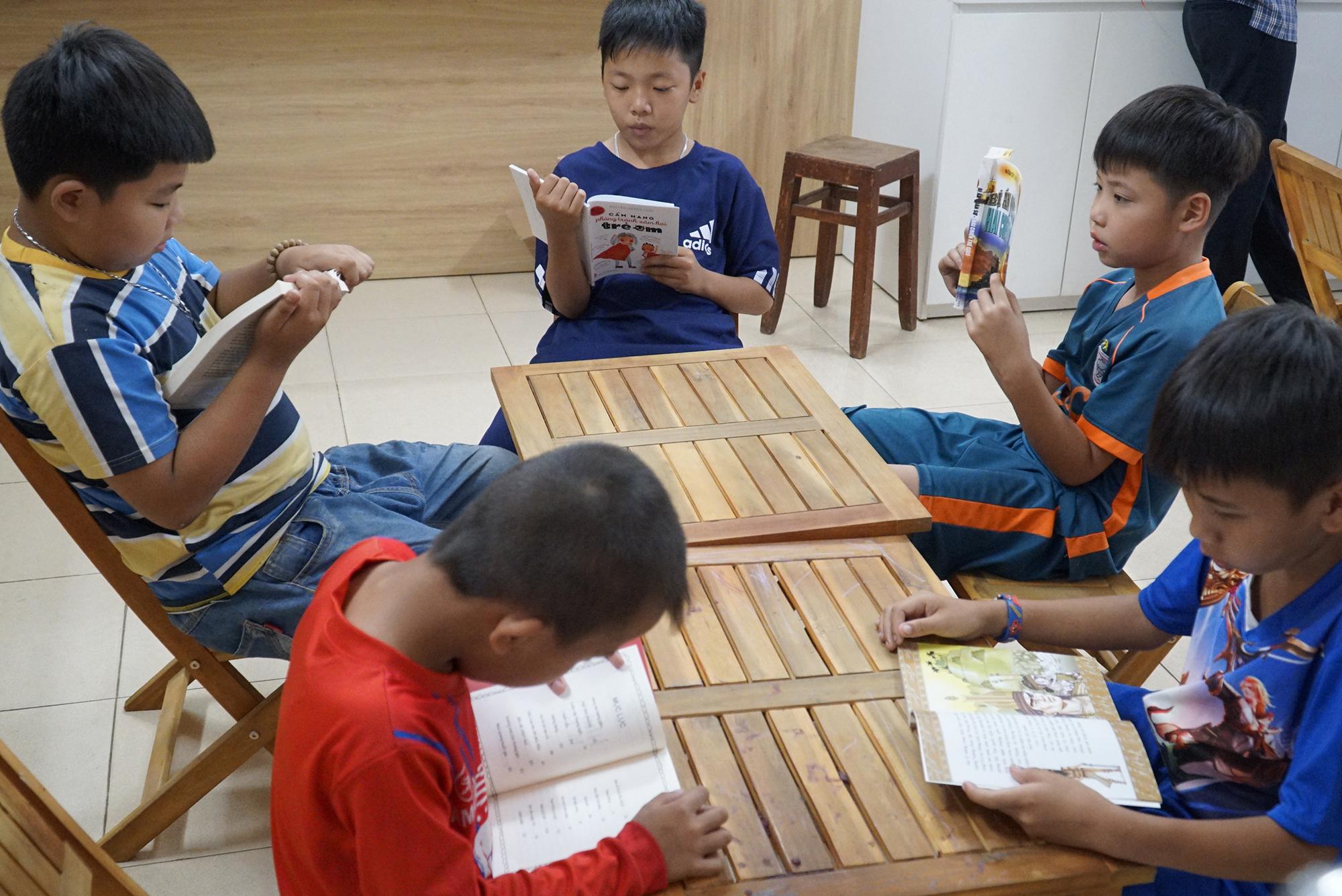 Niềm vui của các em nhỏ là được đến thư viện ông Ba Tân đọc sách. Ảnh: N.TÀI.