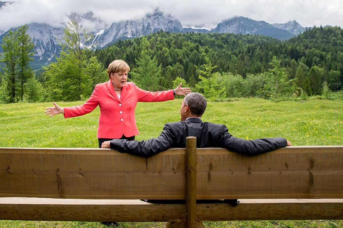 Thủ tướng Đức Merkel (trái) và cựu tổng thống Mỹ Barack Obama bên lề hội nghị G7 ở Elmau, Đức, hồi năm 2015. Ảnh: NY Times.