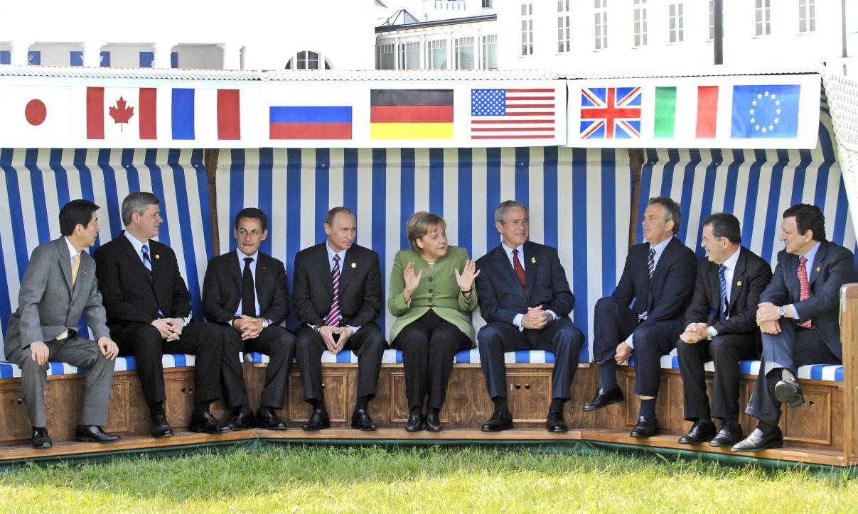 Thủ tướng Đức Angela Merkel (giữa) cùng các lãnh đạo thế giới tại hội nghị G8 ở Heiligendamm, Đức, hồi năm 2007. Ảnh: Deutsches Historisches Museum.