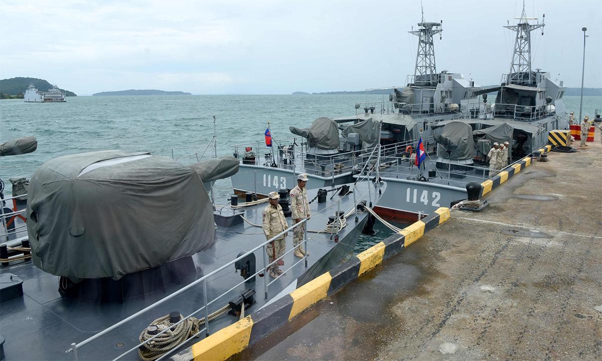 Binh sĩ và chiến hạm Campuchia tại căn cứ hải quân Ream tháng 7/2019. Ảnh: AFP.