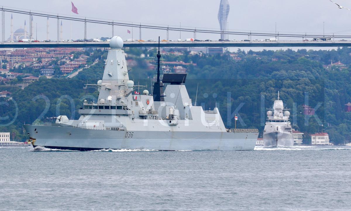 HMS Defender (trước) và HNLMS Evertsen vượt eo biển Bosphorus, tiến vào Biển Đen hôm 14/6. Ảnh: Twitter/YorukIsik.