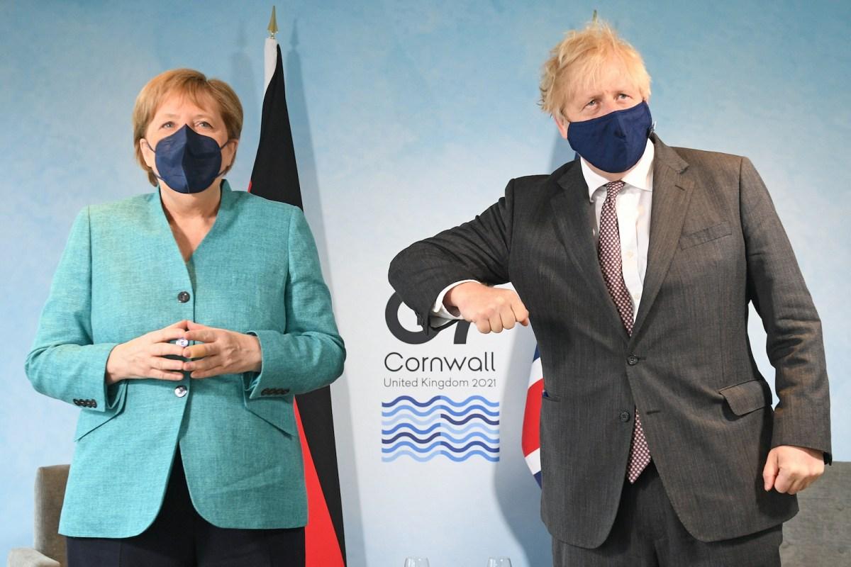Thủ tướng Đức Merkel (trái) cùng người đồng cấp Anh Boris Johnson tại hội nghị G7 ở Cornwall, Anh, hôm 12/6. Ảnh: AFP.