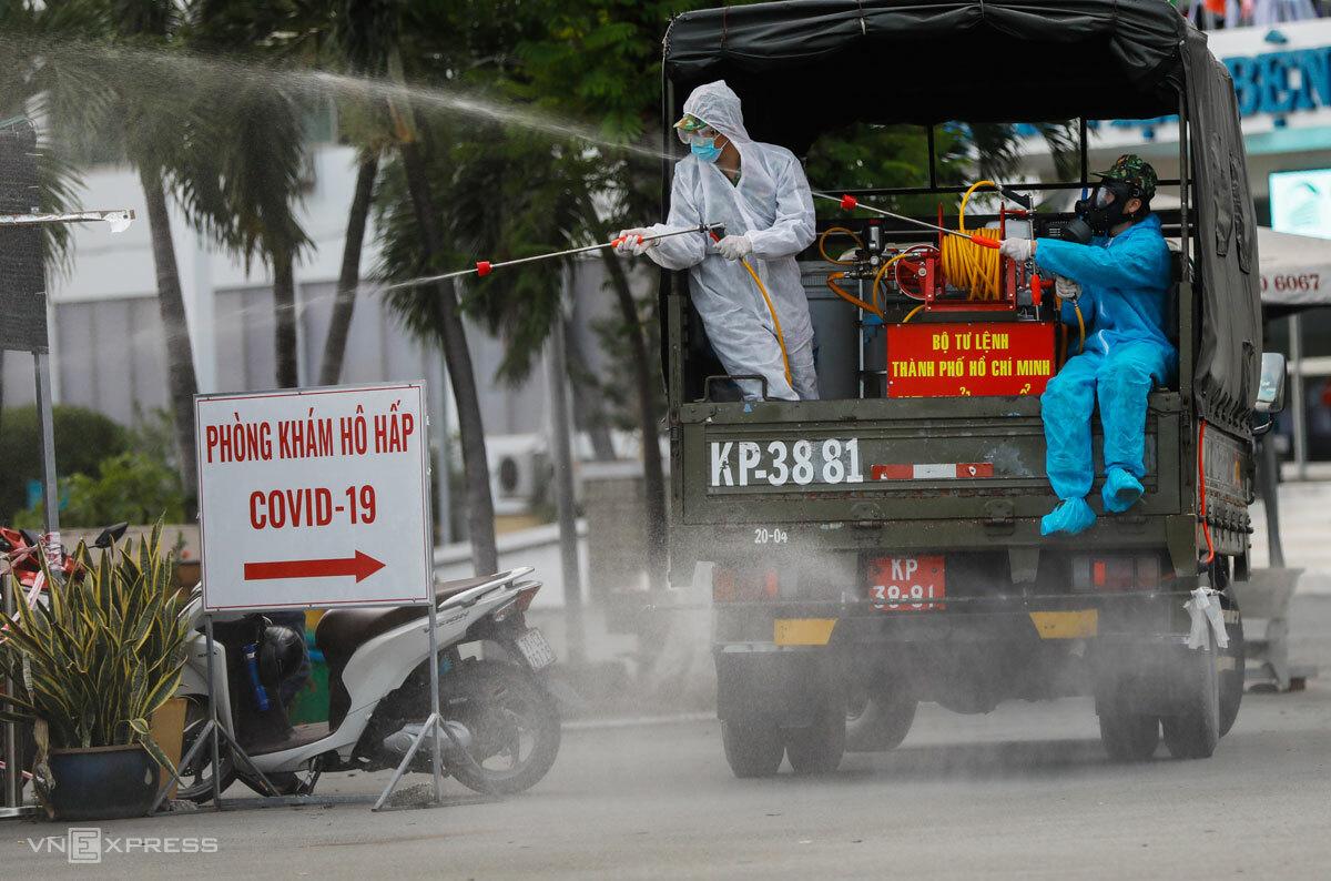 Quân đội phun khử trùng Bệnh viện Bệnh nhiệt đới Trung ương TP HCM, ngày 13/6. Ảnh: Hữu Khoa