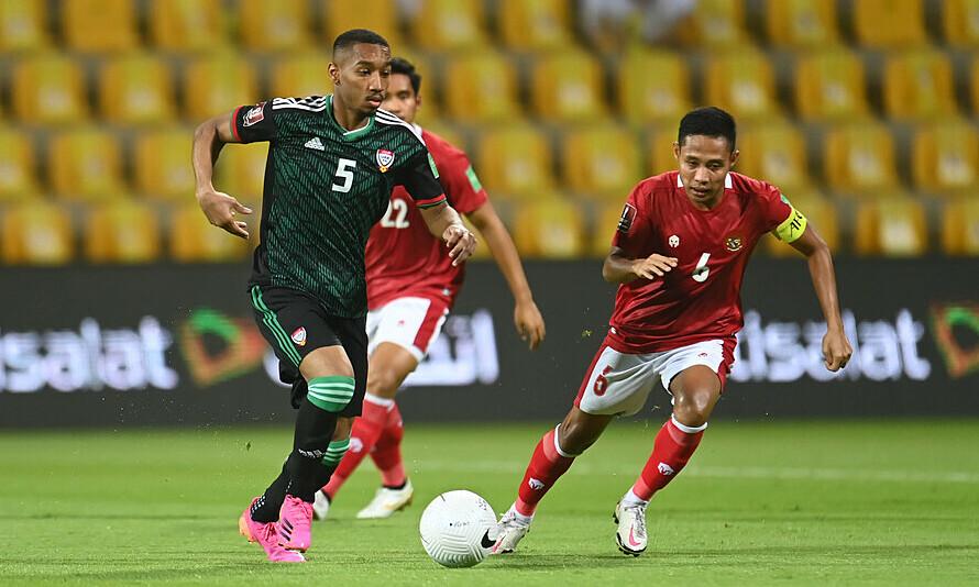 Ali Salmeen (số 5) giàu cơ bắp và là chốt chặn đáng tin cậy ở tuyến giữa UAE. Ảnh: UAEFA