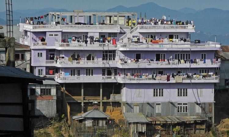 Căn nhà của đại gia đình Ziona Chana ở làng Baktawng Tlangnuam, bang Mizoram, Ấn Độ. Ảnh: Barcroft Media.
