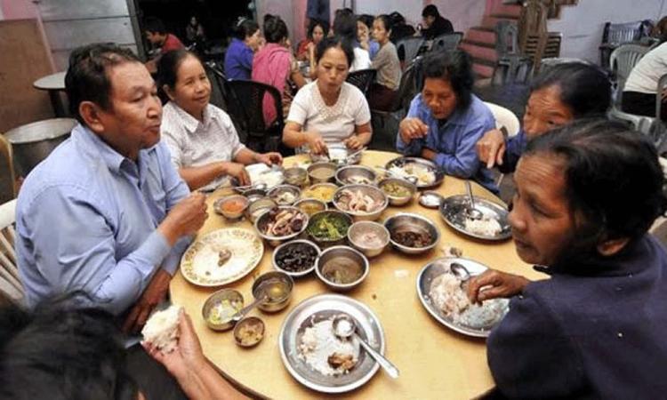Ziona Chana (trái) dùng bữa cùng các bà vợ tại nhà riêng ở làng Baktawng Tlangnuam, bang Mizoram, Ấn Độ, hồi tháng 10/2011. Ảnh: The Hindu.