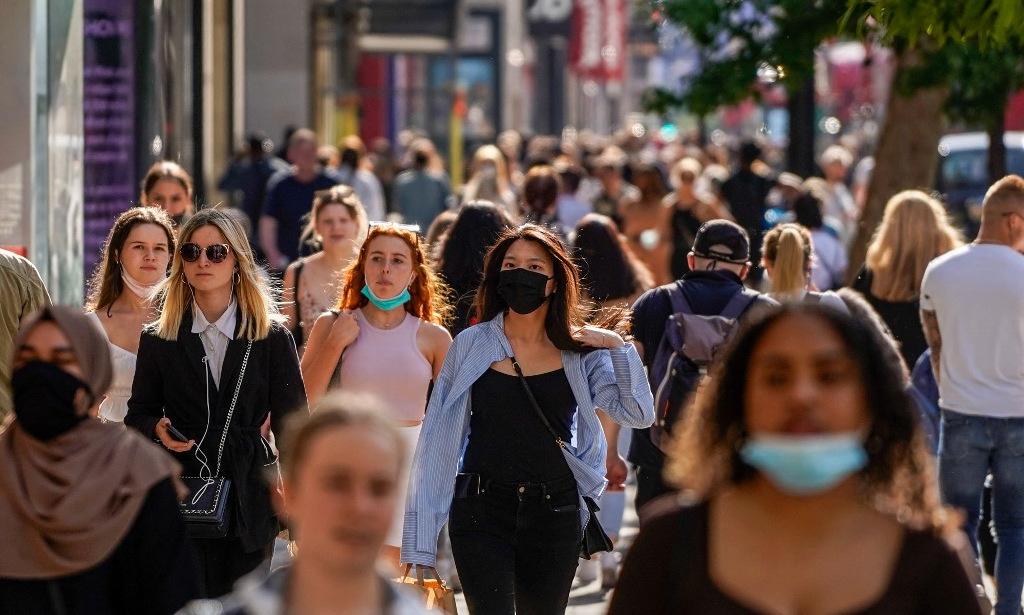 Người dân trên đường phố thủ đô London của Anh hôm 7/5. Ảnh: AFP.