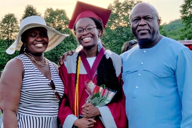 Verda Tetteh cùng mẹ và bố dượng tại lễ tốt nghiệp trung học cuối tuần trước. Ảnh: NYT.