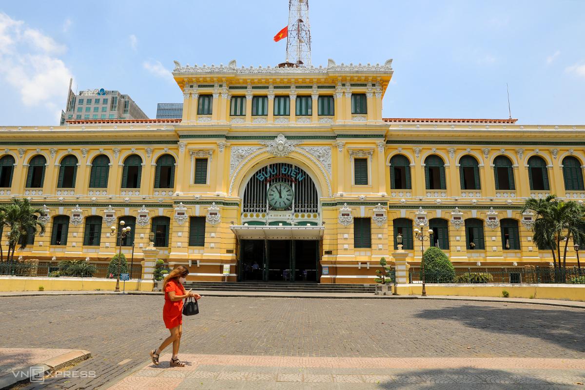 Bưu điện TP HCM, quận 1, vắng vẻ khi TP HCM thực hiện giãn cách xã hội theo Chỉ thị 15. Ảnh: Quỳnh Trần.