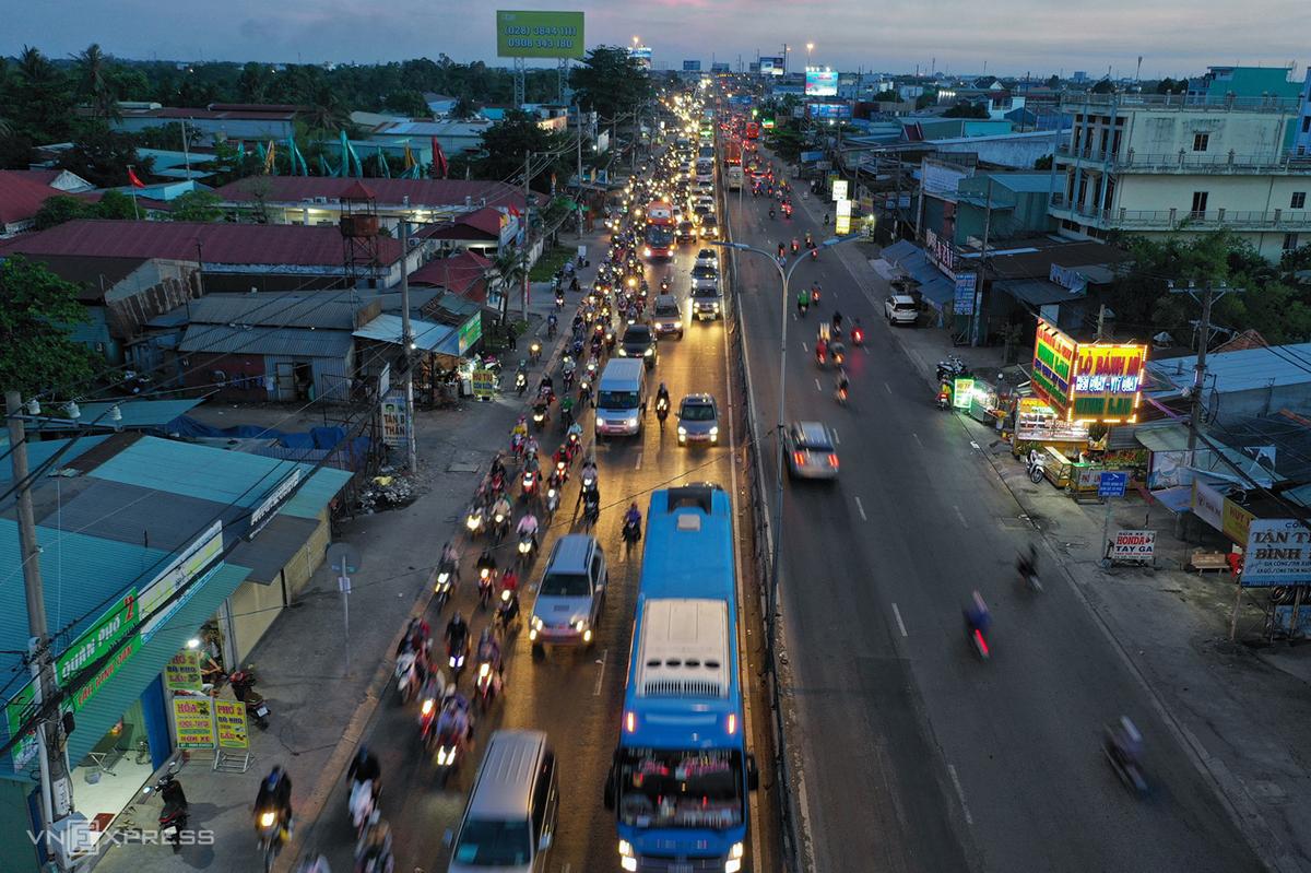 Xe chạy trên quốc lộ 1, hướng từ miền Tây vào TP HCM hồi tháng 4. Ảnh: Hữu Khoa.