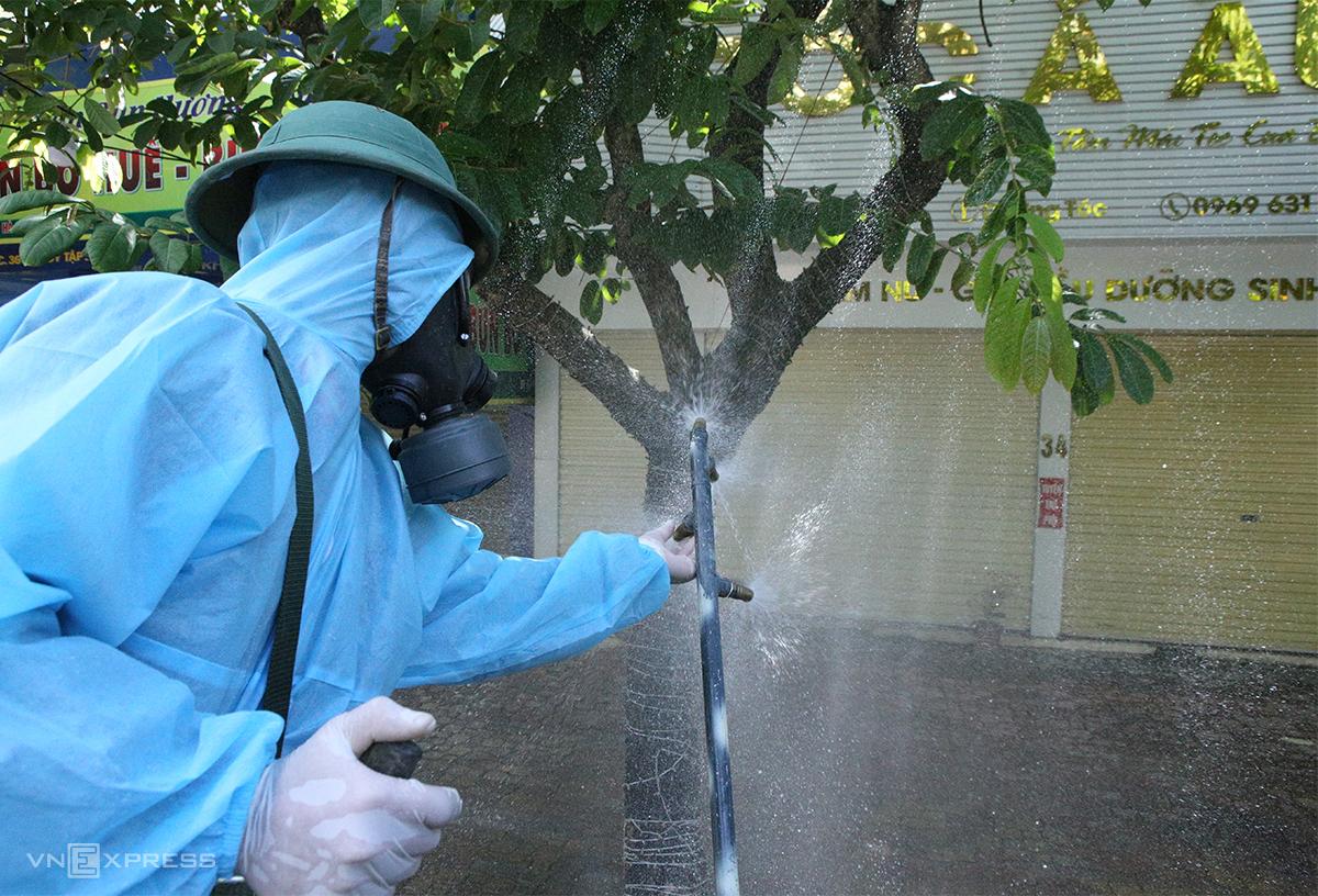 Quân đội phun khử khuẩn tại quán tóc trên đường Hà Huy Tập sáng 14/6, nơi ca nghi nhiễm Covid-19 làm nghề. Ảnh: Nguyễn Hải