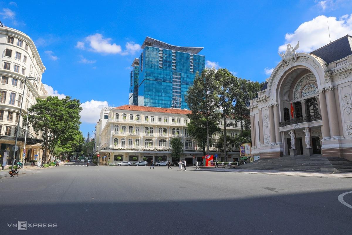 Khu vực trước Nhà hát lớn TP HCM vắng vẻ thời điểm giãn cách xã hội. Ảnh: Quỳnh Trần.