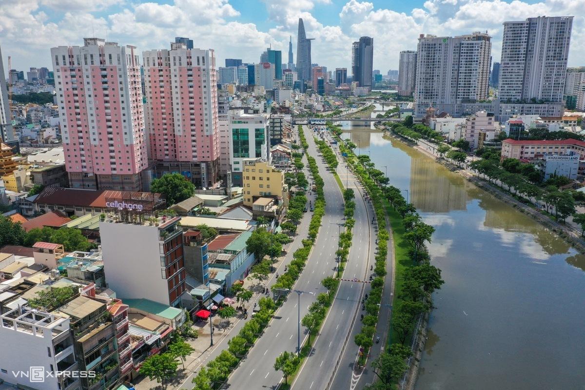 Đại lộ Võ Văn Kiệt, quận 1, vắng vẻ trong thời gian TP HCM giãn cách xã hội. Ảnh: Quỳnh Trần.
