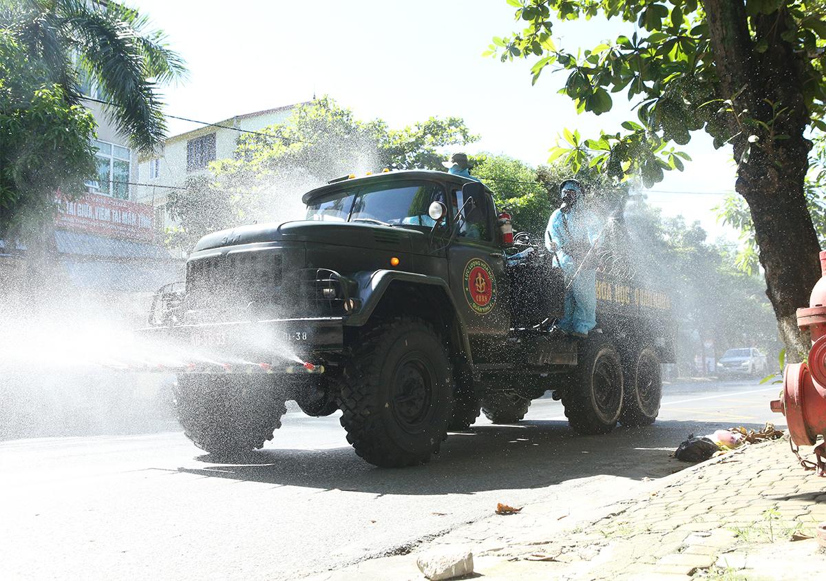 Quân đội phun khử khuẩn tại TP Vinh, trưa 14/6. Ảnh: Nguyễn Hải