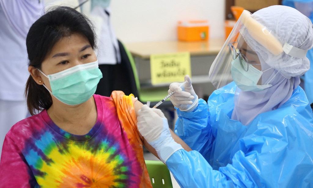 Người dân Thái Lan tiêm vaccine Covid-19 tại tỉnh Pattani ngày 7/6. Ảnh: AFP.