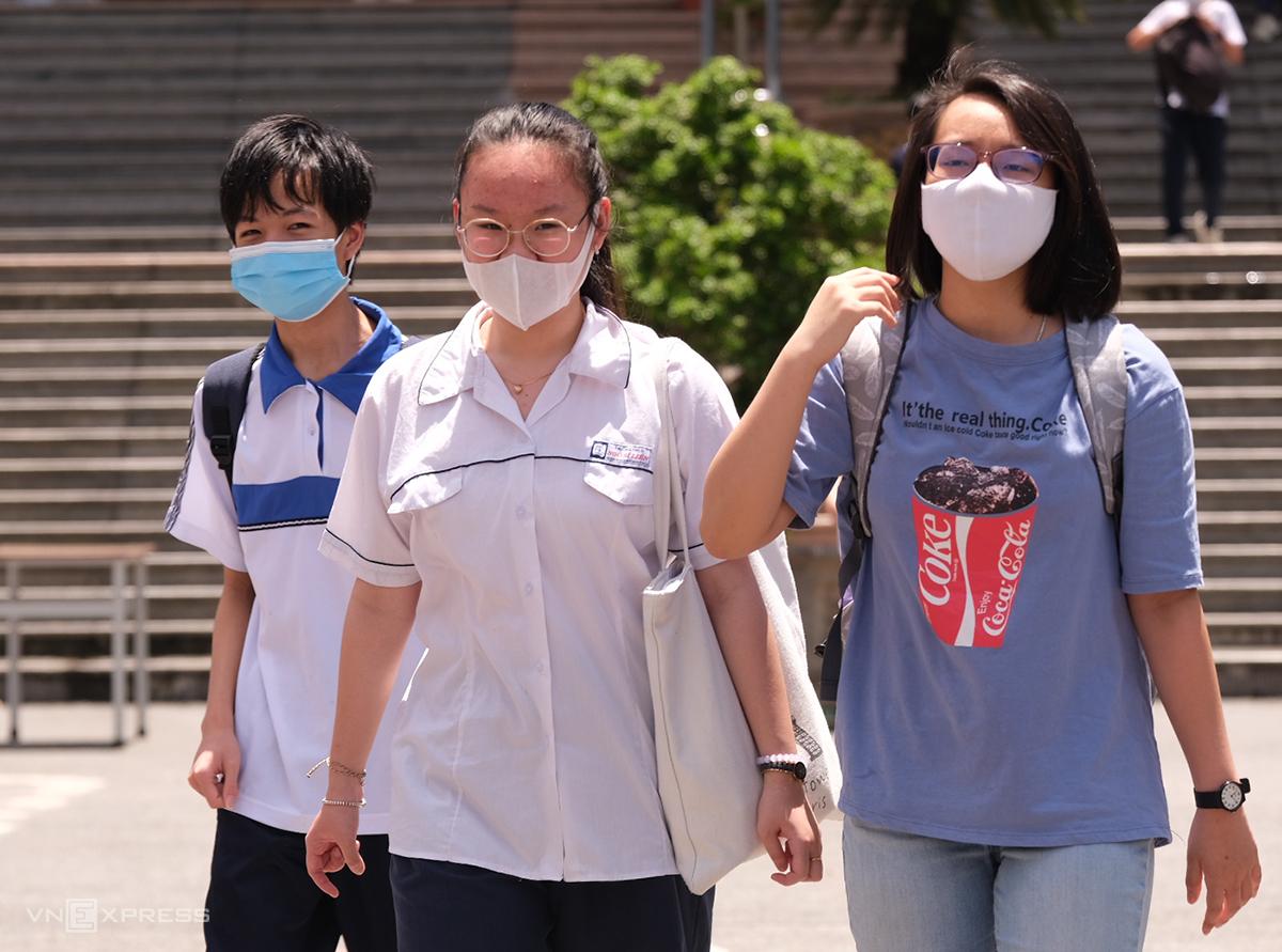 Thí sinh thi xong môn chuyên của Sở Giáo dục và Đào tạo Hà Nội ngày 14/6. Ảnh: Dương Tâm.