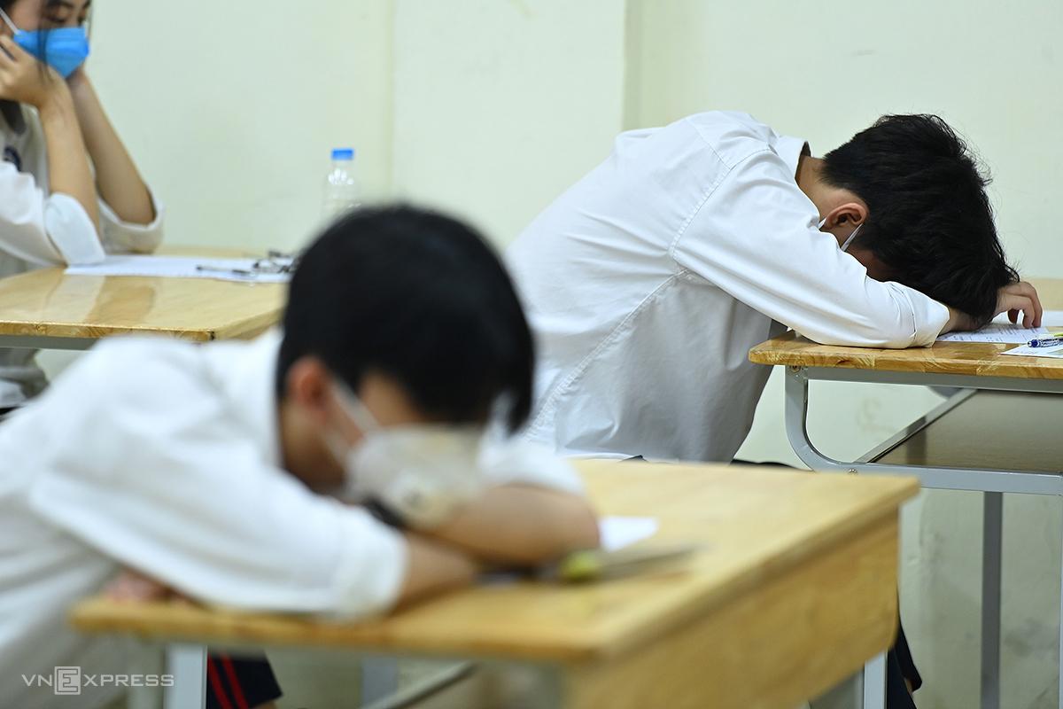 Thí sinh tỏ vẻ mệt mỏi trong ngày đầu thi vào lớp 10 ở Hà Nội hôm 12/6. Ảnh: Giang Huy.