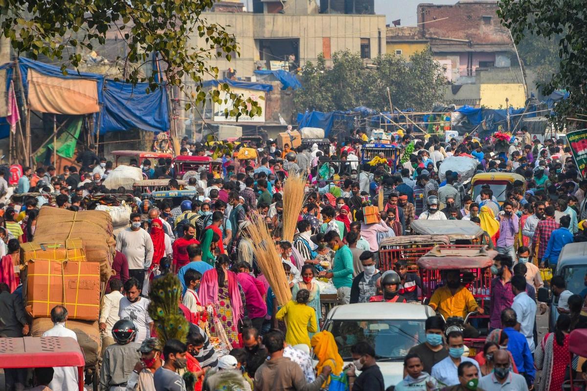 Người dân chen chúc mua sắm tại chợ Sadar Bazaar ở New Delhi ngày 14/6. Ảnh: PTI.