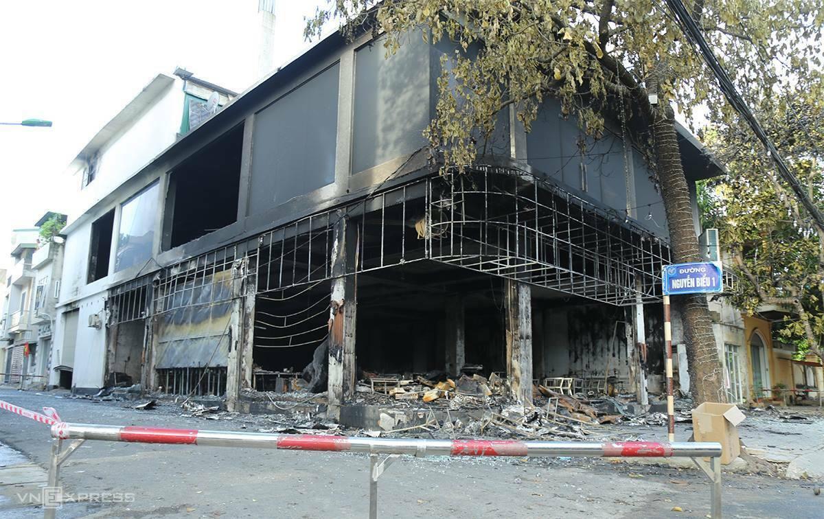 Cảnh sát dựng rào chắn phong toả khu vực xảy ra vụ cháy nhà. Ảnh: Nguyễn Hải.