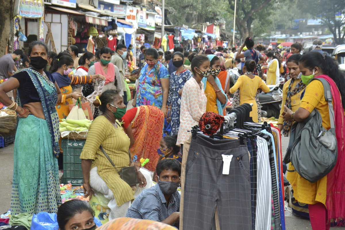 Người dân phớt lờ giãn cách xã hội, tập trung mua sắm tại một khu chợ ở Mumbai. Ảnh: PTI.