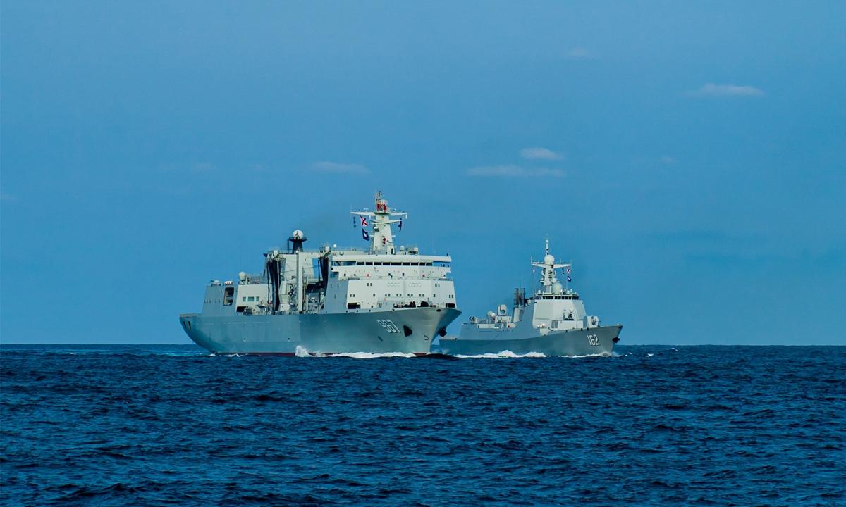 Tàu hậu cần Tra Can Hồ (trái) huấn luyện khoa mục tiếp liệu cho khu trục hạm Nam Ninh tại Biển Đông. Ảnh: PLA.