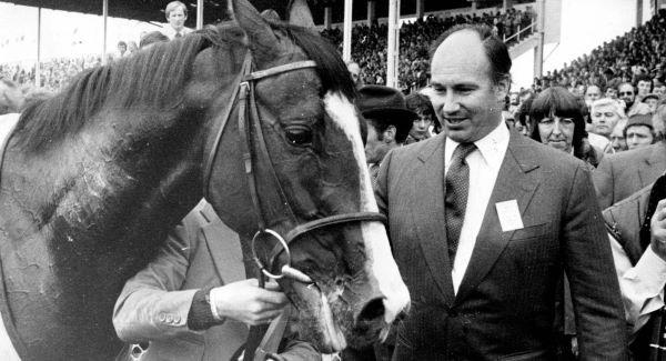 Chú ngựa huyền thoại bên ong chủ sau chiến thắng quan trọng của giải đua năm 1981. Ảnh: Independent.ie
