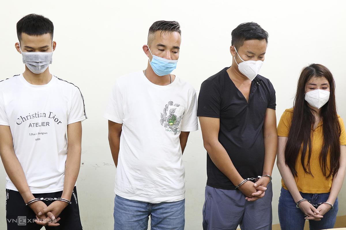 Nguyễn Thị Hằng (phải) và nhóm thanh niên thuê phòng nghỉ để sử dụng ma tuý. Ảnh: Quang Văn