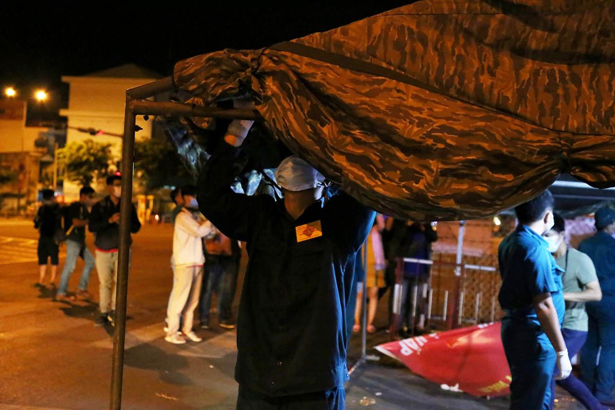 Lực lượng chức năng tháo lều giả chiến sau 14 ngày dựng lên để làm chốt kiểm soát. Ảnh: Đình Văn.