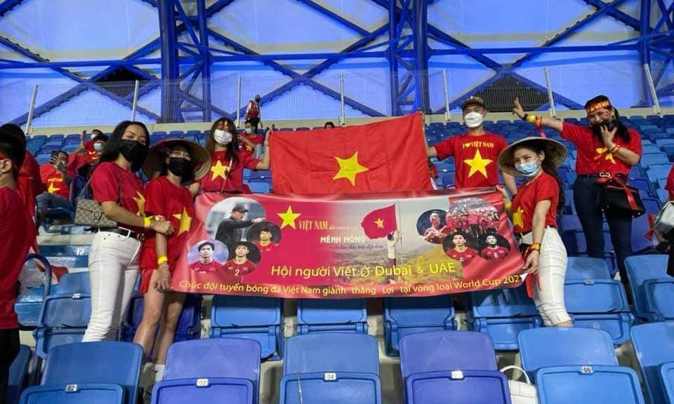 Cổ động viên Việt Nam tại sân Al Maktoum, Dubai tối 11/6. Ảnh: NVCC.