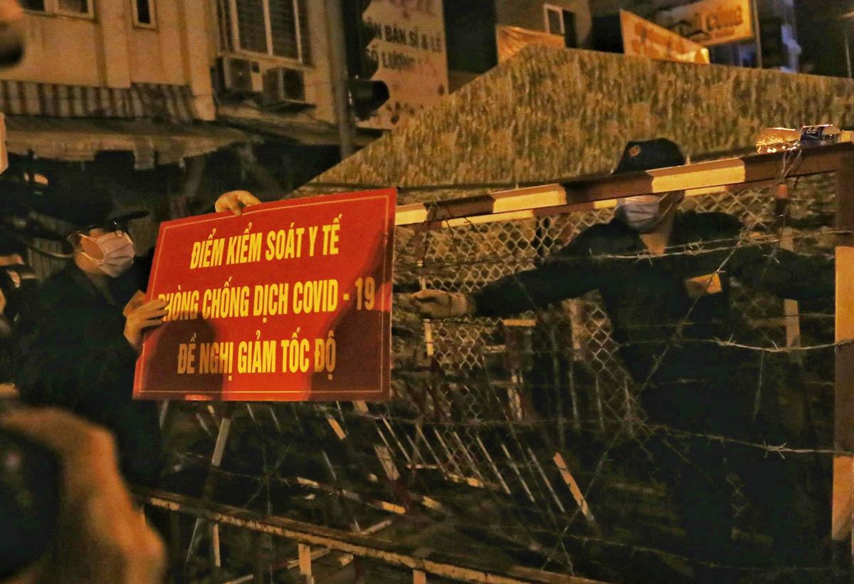 Dân quân tự vệ gỡ barie chốt kiểm soát ở Phan Văn Trị- Phạm Văn Đồng. Ảnh: Đình Văn.