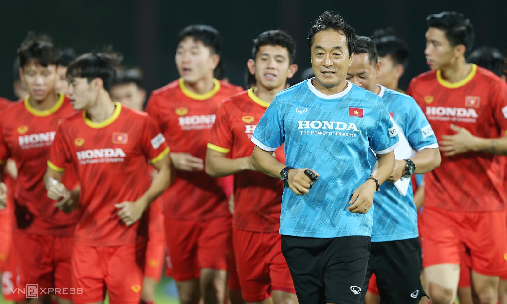Lee Young-jin cùng cầu thủ Việt Nam tập chạy trước trận đấu UAE, dù đây không phải lần đầu ông dẫn dắt một đội tuyển. Ảnh: Lâm Thoả