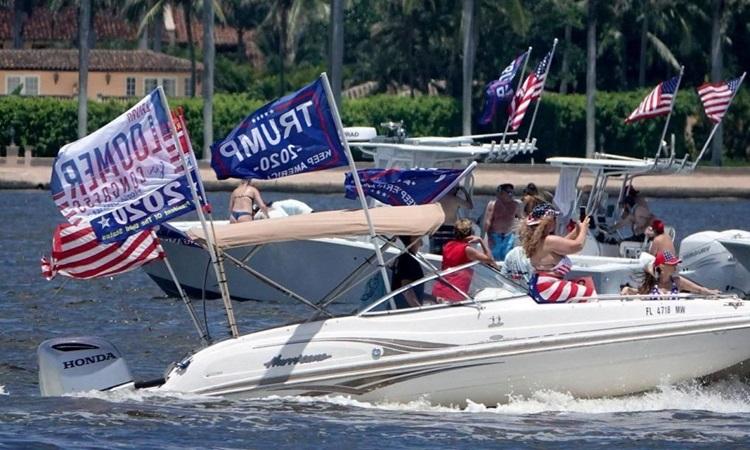 Người ủng hộ diễu hành mừng sinh nhật Trump ở Florida hôm 13/6. Ảnh: AP.