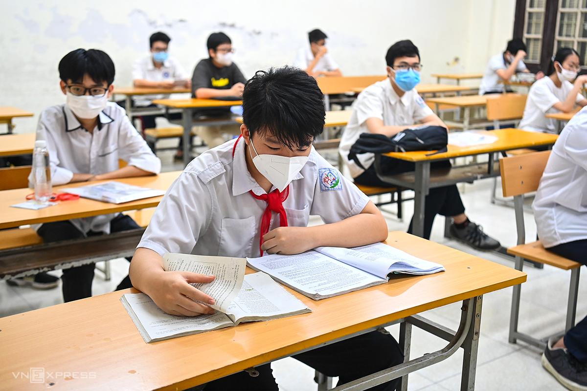 Thí sinh trước giờ thi vào lớp 10 tại điểm thi trường THPT Phan Đình Phùng hôm 12/6. Ảnh: Giang Huy.