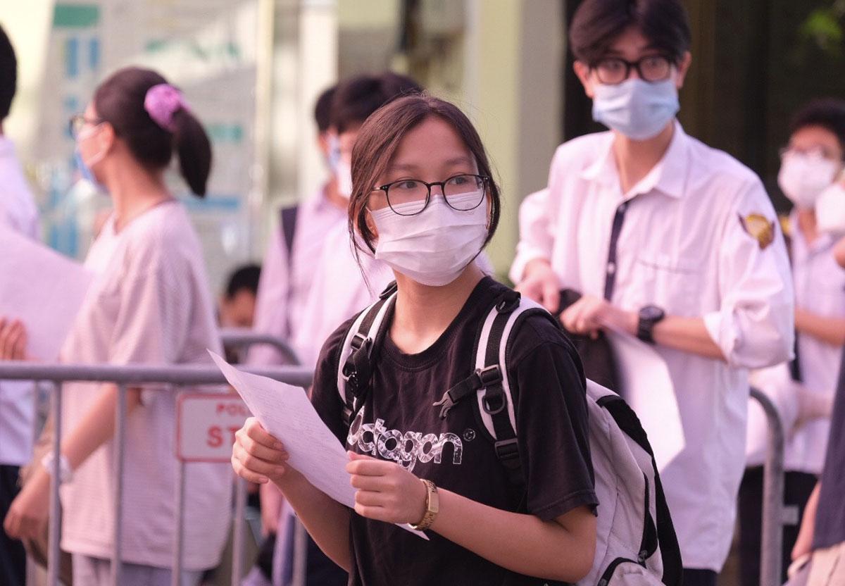 Thí sinh xếp hàng nộp tờ khai y tế và đo thân nhiệt ở điểm thi Đại học Khoa học Tự nhiên. Ảnh: Dương Tâm.