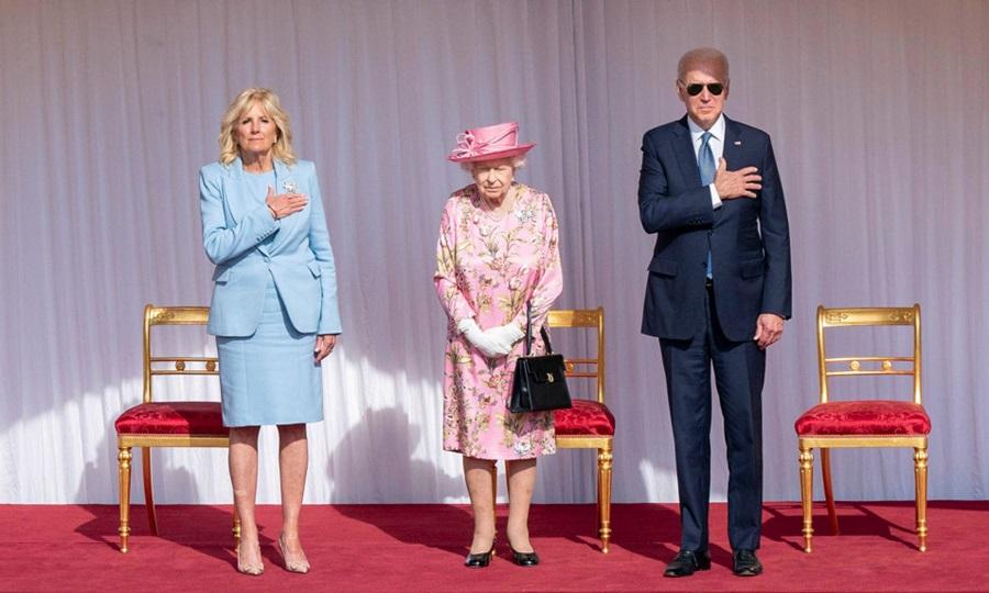 Tổng thống Mỹ Joe Biden đeo kính đen khi gặp Nữ hoàng Elizabeth tại lâu đài Windsor hôm 13/6. Ảnh: AP.