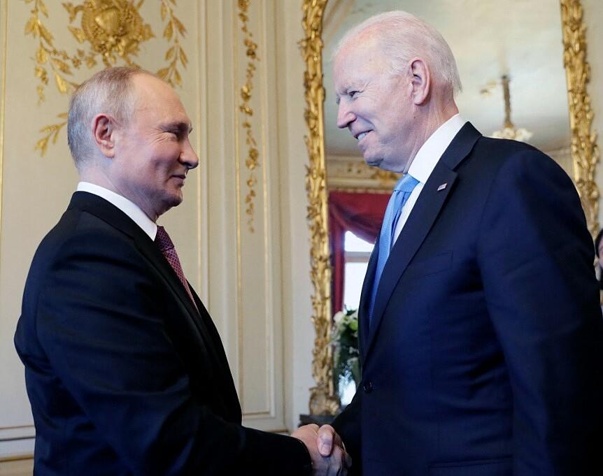 Tổng thống Putin (trái) bắt tay Tổng thống Biden tại Geneva ngày 16/6. Ảnh: AFP.