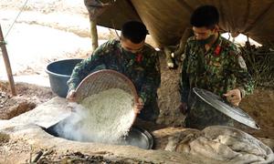 Bộ đội vào rừng ngủ nhường doanh trại cho người cách ly