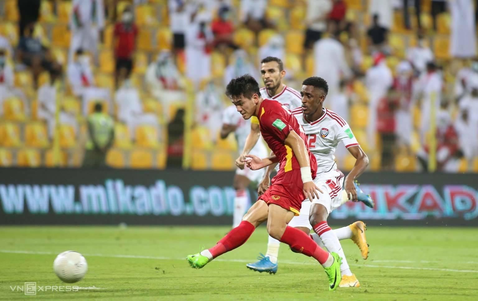 Tiến Linh băng xuống sút bóng qua tay thủ môn UAE rút ngắn tỷ số còn 1-3 cho Việt Nam. Ảnh: Lâm Thoả.