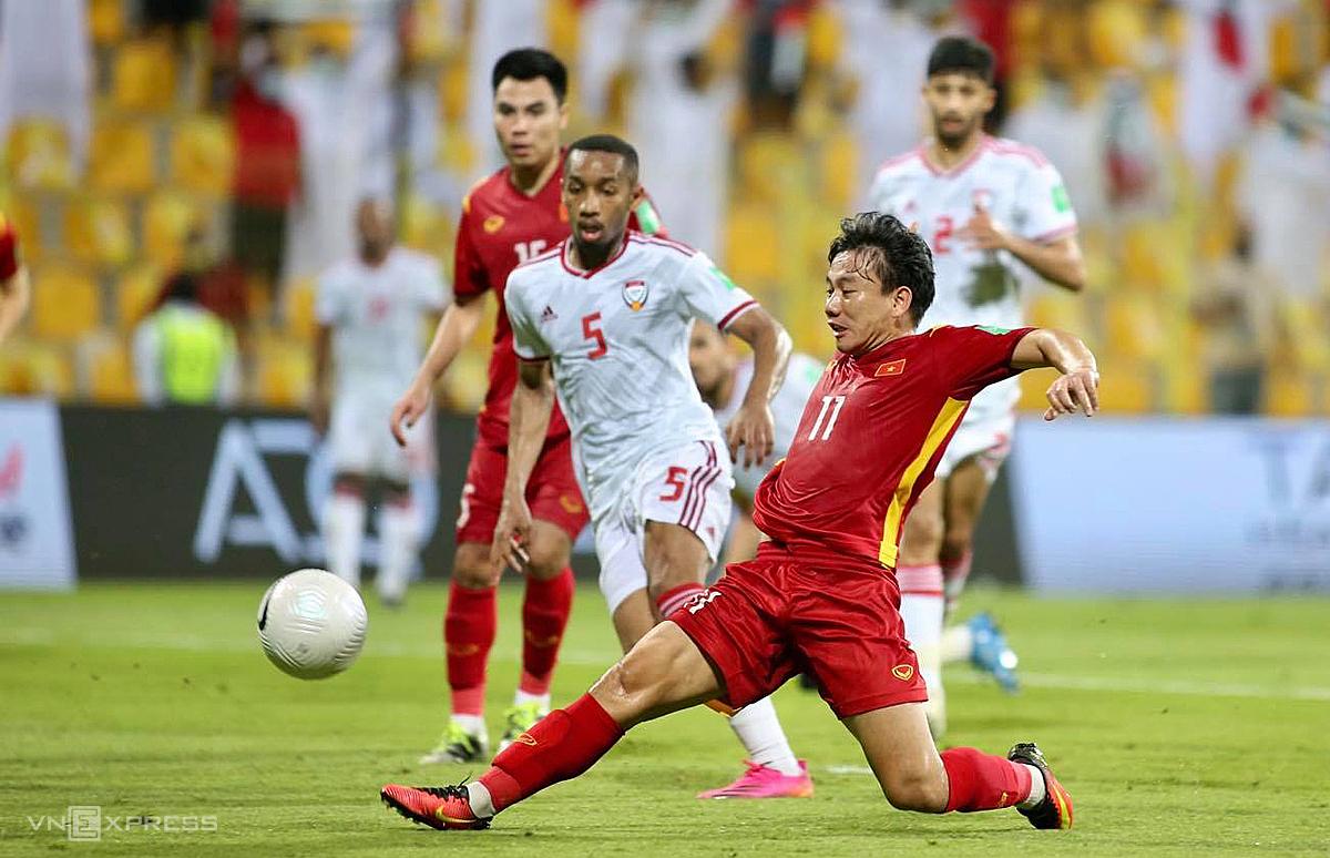 Minh Vuong ยิงบอลผ่านผู้รักษาประตู UAE เพื่อลดคะแนนให้เวียดนามเหลือ 2-3  ภาพ: ลำท่อ.
