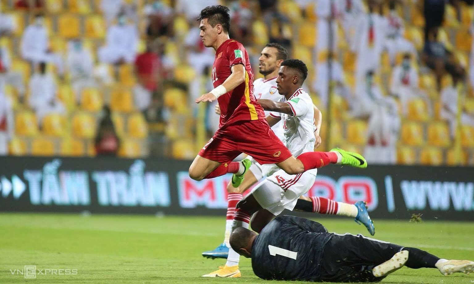 Cách tuyển Việt Nam không bị vỡ trận, để rồi vùng lên về cuối và rút ngắn tỷ số còn 2-3 trước UAE hôm 15/6 cho thấy những tín hiệu đáng chờ đợi ở vòng loại cuối cùng. Ảnh: Lâm Thoả