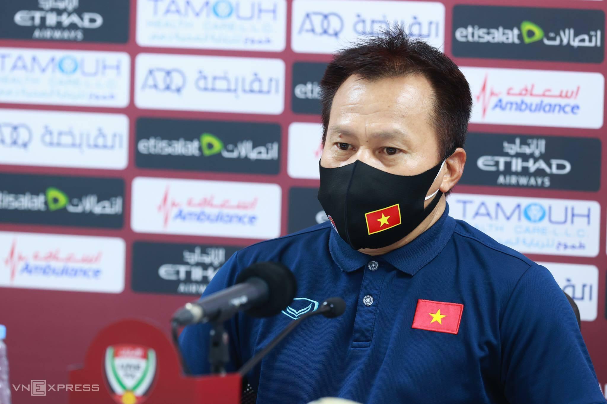 Asisten pelatih Lu Dinh Tuan menjawab konferensi pers setelah pertandingan melawan UEA di Stadion Zabeel.  Foto: Lam Thoa.
