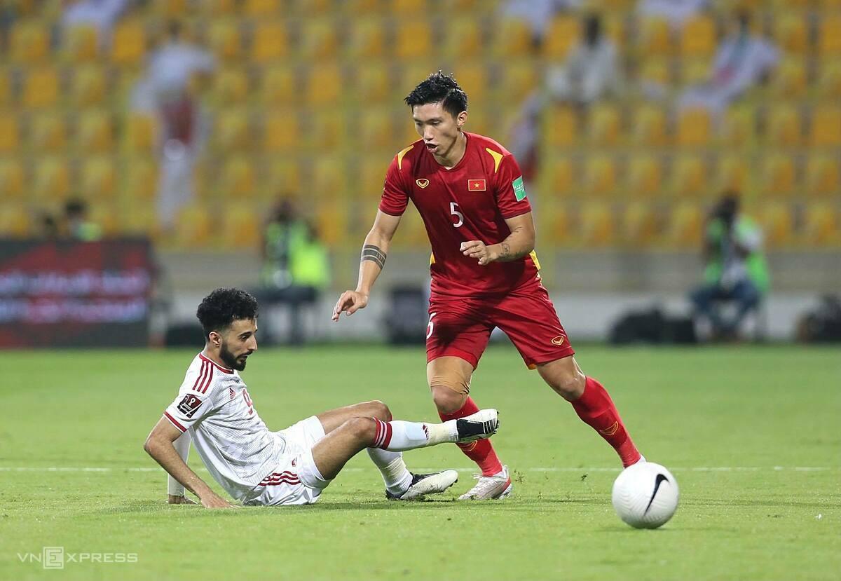 Đoàn Văn Hậu (phải) bị cầu thủ UAE truy cản trong trận đấu tối 15/6 trên sân Zabeel. Ảnh: Lâm Thỏa.
