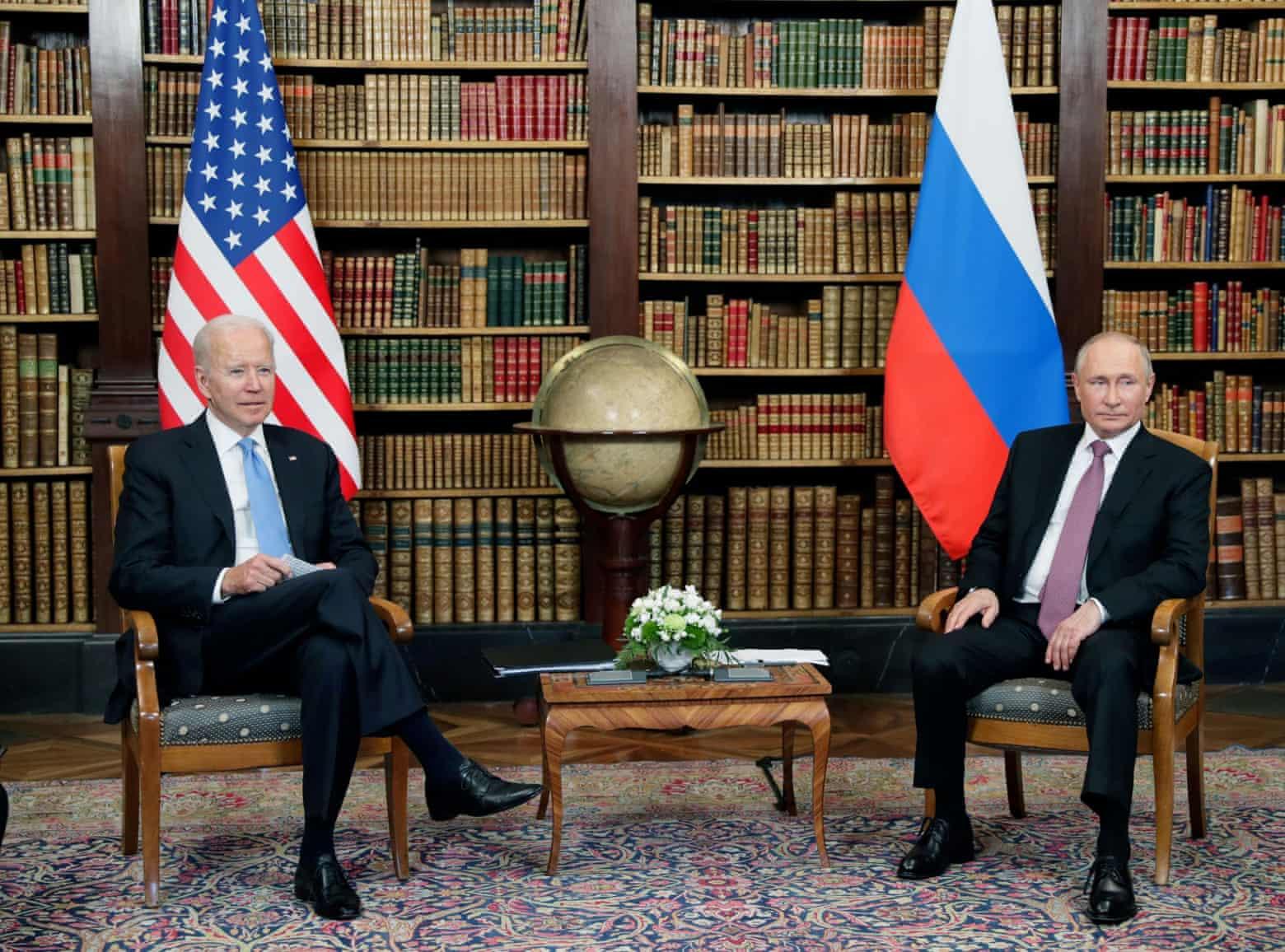 Tổng thống Mỹ Biden (trái) và Tổng thống Nga Putin họp tại thư viện của biệt thự Villa La Grange ngày 16/6. Ảnh: AFP.