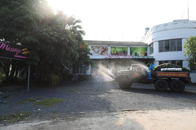 Bộ đội hóa học phun khử khuẩn Trung tâm chăm sóc sức khỏe Hoa Sen, TP Vĩnh Yên, tỉnh Vĩnh Phúc, tháng 5/2021. Ảnh: Ngọc Thành