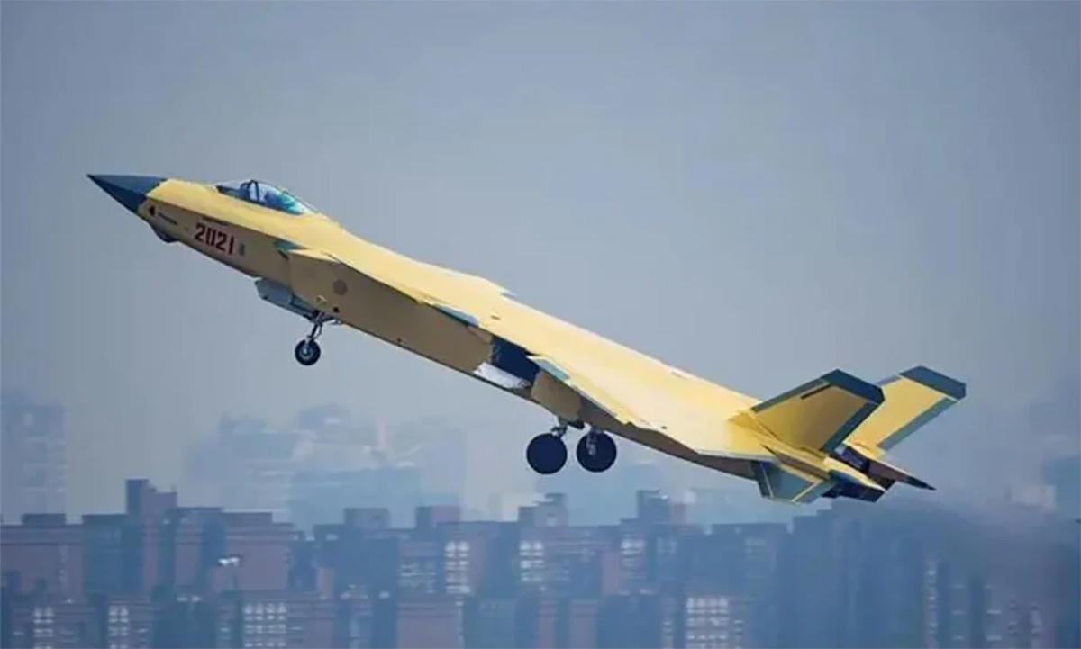 Nguyên mẫu J-20 số hiệu 2021 cất cánh trong buổi thử nghiệm cuối năm 2020. Ảnh: Weibo.