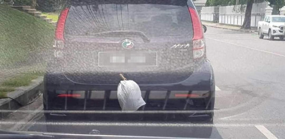 Tài xế treo quả sầu riêng bên ngoài cốp xe/