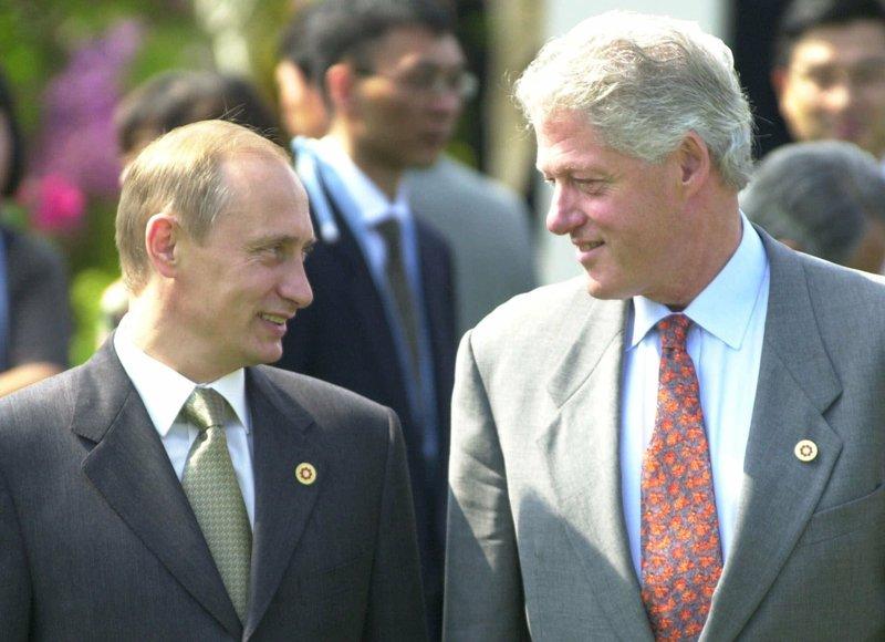 Tổng thống Bill Clinton (phải) và Tổng thống Putin tại hội nghị G8 ở Nhật năm 2000. Ảnh: AP.