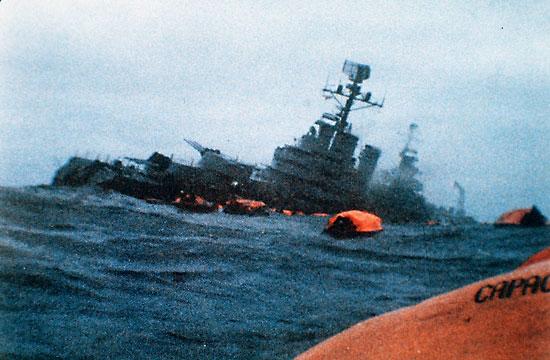 ARA Tướng Belgrano nghiêng sau khi trúng ngư lôi ngày 2/5/1982. Ảnh: Wikipedia.